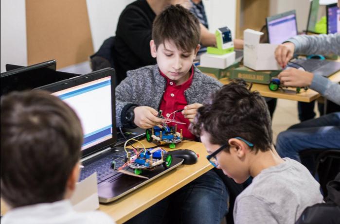 Academia Inventeaza.ro ajuta micutii sa descopere tehnologia